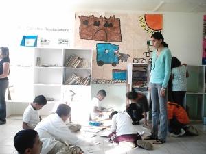 Los niños imprimiendole estilo a su trabajo
