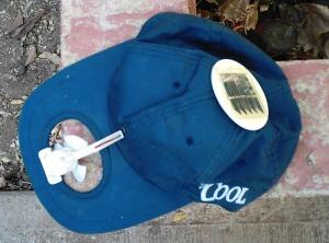 gorra con abanico manejado con energia solar